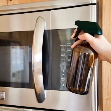 cleaning microwave oven